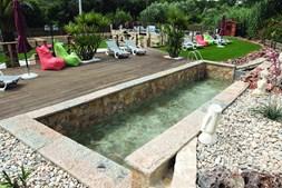 Retiro rural dispõe de duas piscinas, uma delas alimentada de forma natural por uma ribeira