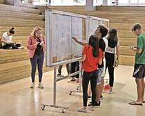 Alunos da Escola José Gomes Ferreira, em Lisboa, consultam as notas dos exames