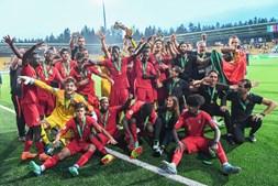A euforia dos jogadores portugueses após o título histórico no Europeu de sub-19