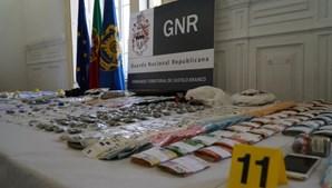 Foram apreendidas centenas de doses de estupefacientes e material informático, num total de 91 mil euros.