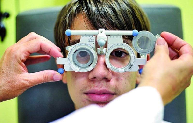 Médica realiza testes para perceber como evoluiu a visão