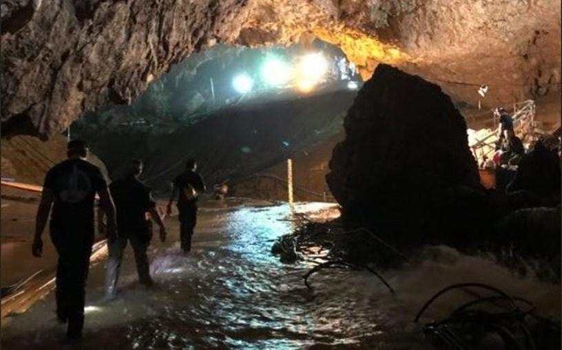 Equipas de resgate dentro da gruta onde crianças ficaram presas