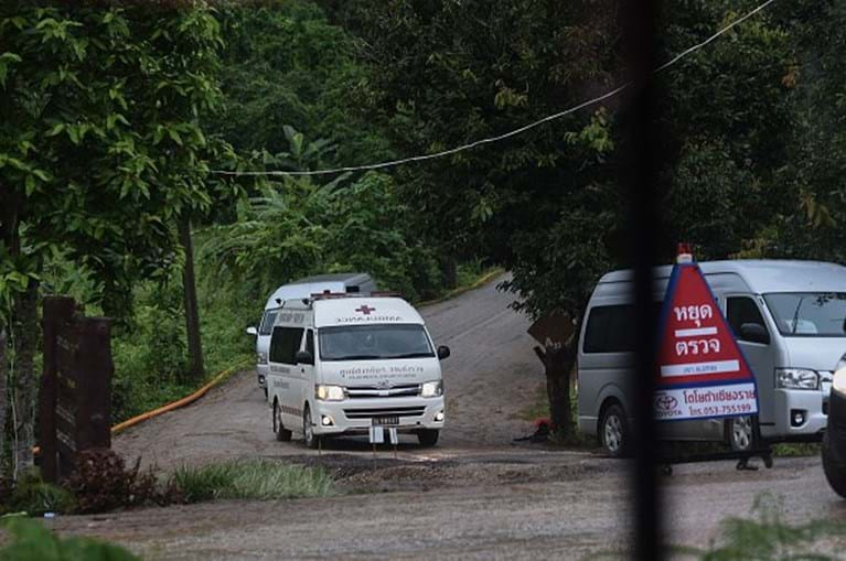 Operação de resgate para retirar jovens da gruta na Tailândia foi retomada
