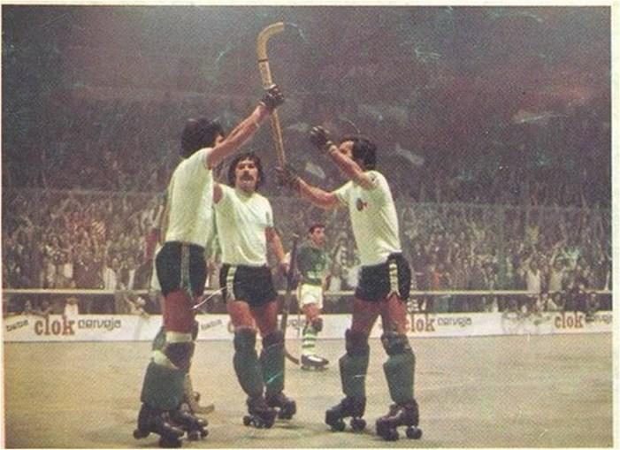 Chana (esq), João Sobrinho, e Rendeiro comemoram vitória na Taça dos Campeões de Hóquei, em 1976-77. Vitória na final (6-0 e 6-3) diante dos espanhóis do Vilanova.