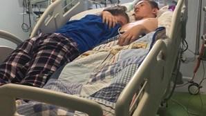 Adolescente vê namorado morrer-lhe nos braços e imagem comove Internet