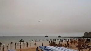 Aviões de combate aos incêndios abastecem-se de água nas praias de Portimão