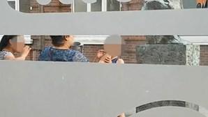Criança fuma junto de adultos e choca internautas