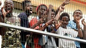 Exército espanhol invade ruas de Ceuta para controlar entrada de milhares de migrantes. Veja as imagens