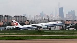 Cinco feridos em aterragem de emergência de avião com 157 passageiros