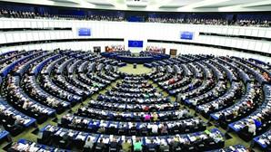 """Eurodeputados acusam Conselho Europeu de """"má educação democrática"""""""