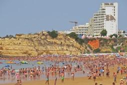 Banhistas encheram a Praia da Rocha, em Portimão, num dos dias mais quentes do ano