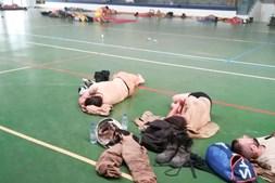 Militares da GNR que combatem fogo em Monchique dormem no chão