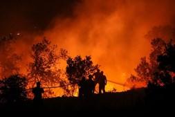 Bombeiros combatem fogo
