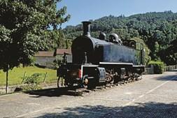 Locomotiva a vapor ainda está em cima de carris e em bom estado de conservação
