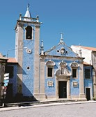 Fachada da Igreja da Misericórdia apresenta cunhais encimados por pináculos