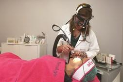 Tratamento é feito, em média, em quatro sessões. Antes, o doente tem de realizar uma preparação com cremes
