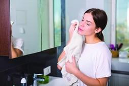 A toalha que os doentes com rosácea usam para limpar o rosto não pode ser seca porque se torna agressiva para a pele