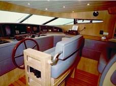 Ponte deste luxuoso iate, que exige cinco tripulantes em permanência, para garantir a segurança da navegação