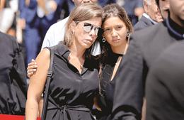 A filha mais velha do empresário, Filipa Rocha Paris, e uma das netas de Pedro Queiroz Pereira à saída dos Jerónimos