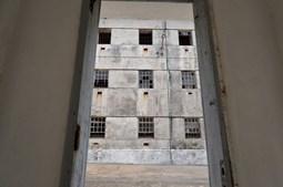 As janelas das celas vistas de dentro da prisão política de Peniche