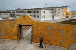 Ex-preso político Domingos Abrantes na antiga prisão política de Peniche