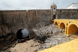 A vista da entrada para a antiga prisão política em Peniche