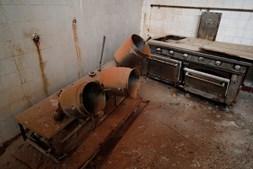 Fogões antigos na cozinha da antiga prisão política em Peniche