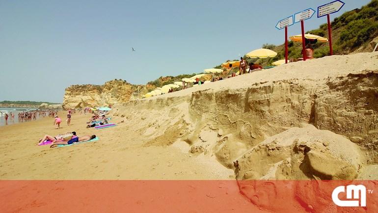 564f07ebf00 Ondulação de Sueste rouba areia das praias de Portimão - Portugal ...