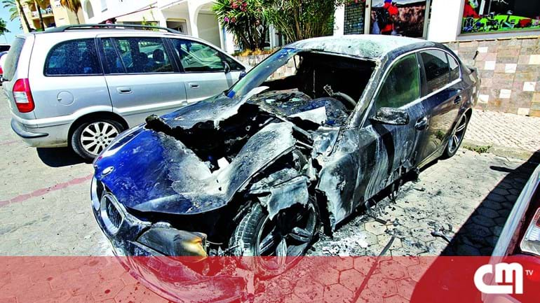4ebe0528ace PJ investiga incêndio suspeito em dois carros em Portimão - Portugal ...