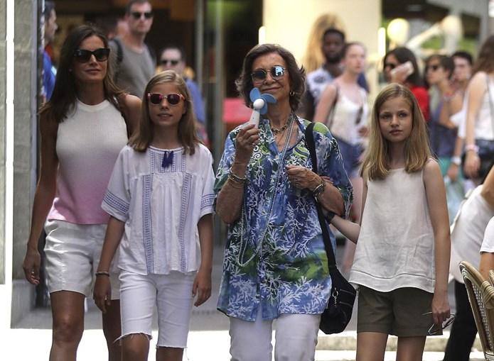Letizia e as filhas passearam com Sofia em Maiorca