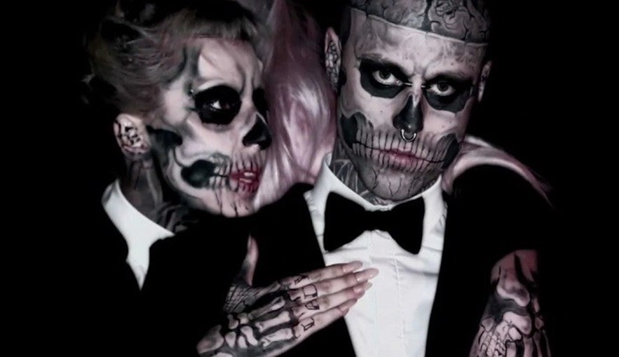 Zombie Boy com Lady Gaga no vídeo de 'Born this Way'.