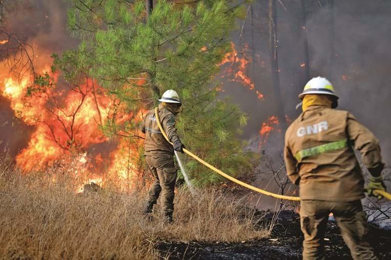 Militares da GNR combatem fogo
