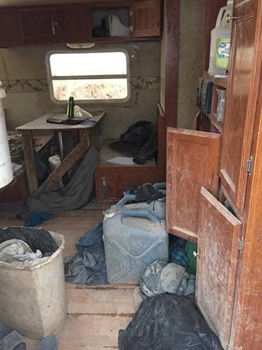 Polícia resgata 11 crianças de caravana e encontra restos mortais de menino