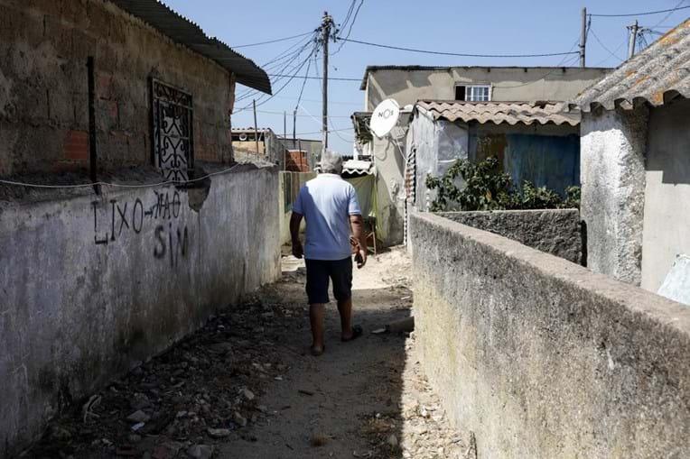 Mais de três mil pessoas vivem em bairro clandestino de Almada