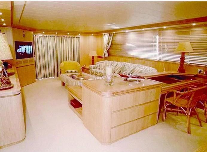 Sala é uma das zonas públicas do barco, que está preparado para receber até 10 convidados