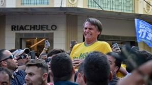 Candidato Bolsonaro esfaqueado em ação de campanha no Brasil