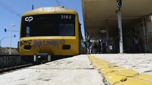 Circulação de comboios interdita nos dois sentidos após atropelamento mortal em Paço de Arcos