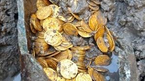Moedas de ouro romanas encontradas sob antigo teatro italiano