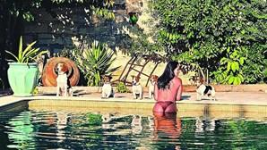 Rita Pereira tira fotografias ousadas em piscina durante gravidez