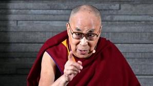 """Dalai Lama vacina-se contra a Covid-19 e insta mais pessoas a ter """"a coragem"""" de o fazer"""