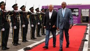 António Costa de calças de ganga na chegada a Angola causa polémica