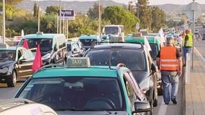Cerca de 200 táxis continuam em protesto em Faro