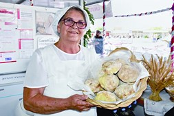Padeira Emília Caldeira destaca a importância da certificação das 'caralhotas', que são pães pequenos típicos da região