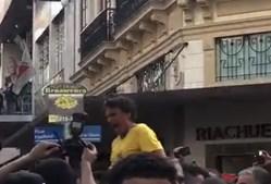O momento em que Bolsonaro é esfaqueado, em ação de campanha no Brasil