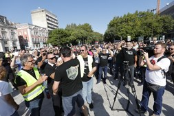 Taxistas continuam em protesto esta quinta-feira