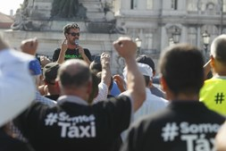 Taxistas mantêm protesto