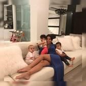 Georgina ao lado de Alana Martina, Eva e Mateo