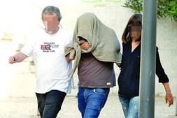 António Joaquim, cúmplice no crime, tapou a cara com a roupa após interrogatório