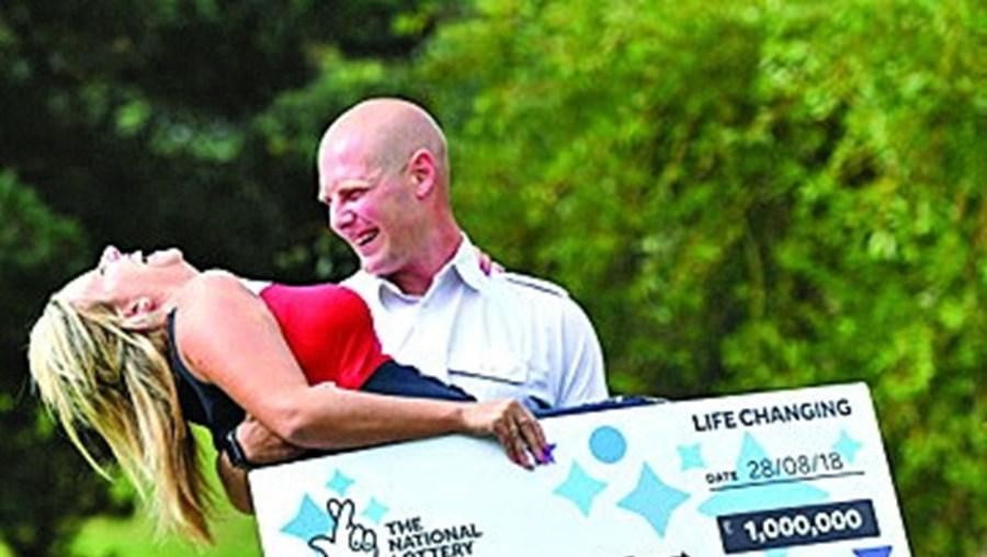 Ganha a lotaria depois de gozar com o marido