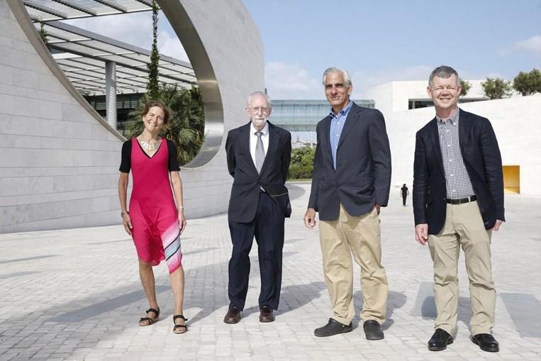 Os investigadores premiados Jean Bennett, Samuel Jacobson, Albert Maguire e Michael Redmond